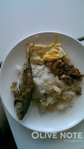 닭고기 볶음과 양배추 볶음, 생선구이, 계란프라이를 담았다. 가격은 한화 4000원 정도다.